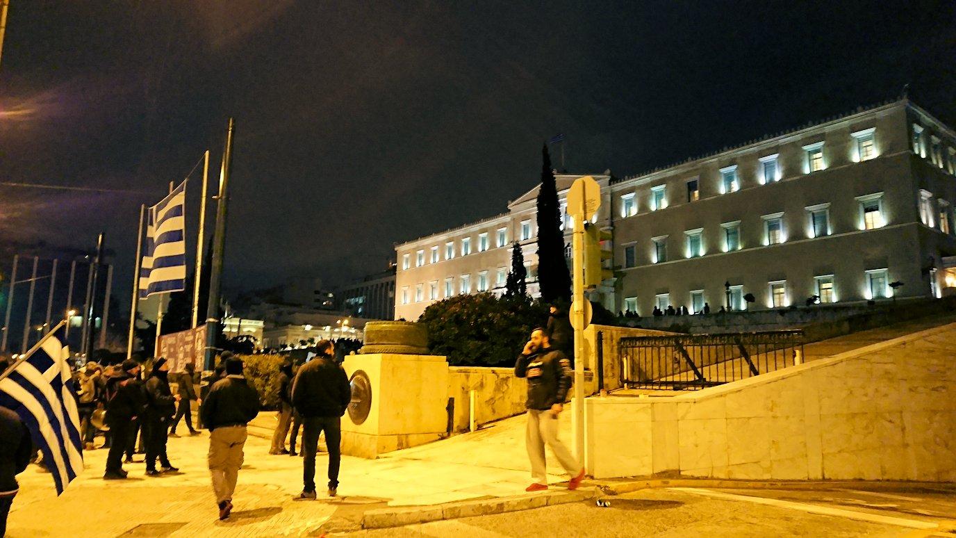 アテネの夜にシンタグマ広場付近でデモの軍団に出会う
