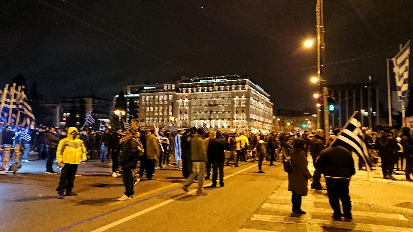 アテネの夜にシンタグマ広場付近でデモの軍団に出会う2