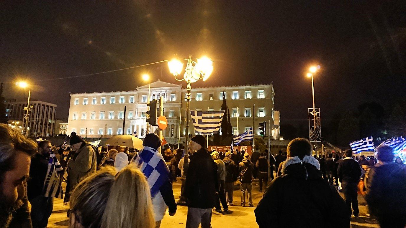 アテネの夜にシンタグマ広場付近でデモの軍団に出会う3