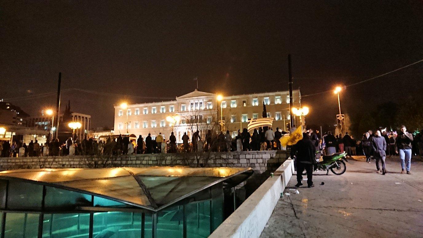 アテネの夜にシンタグマ広場付近でデモの軍団に出会う4