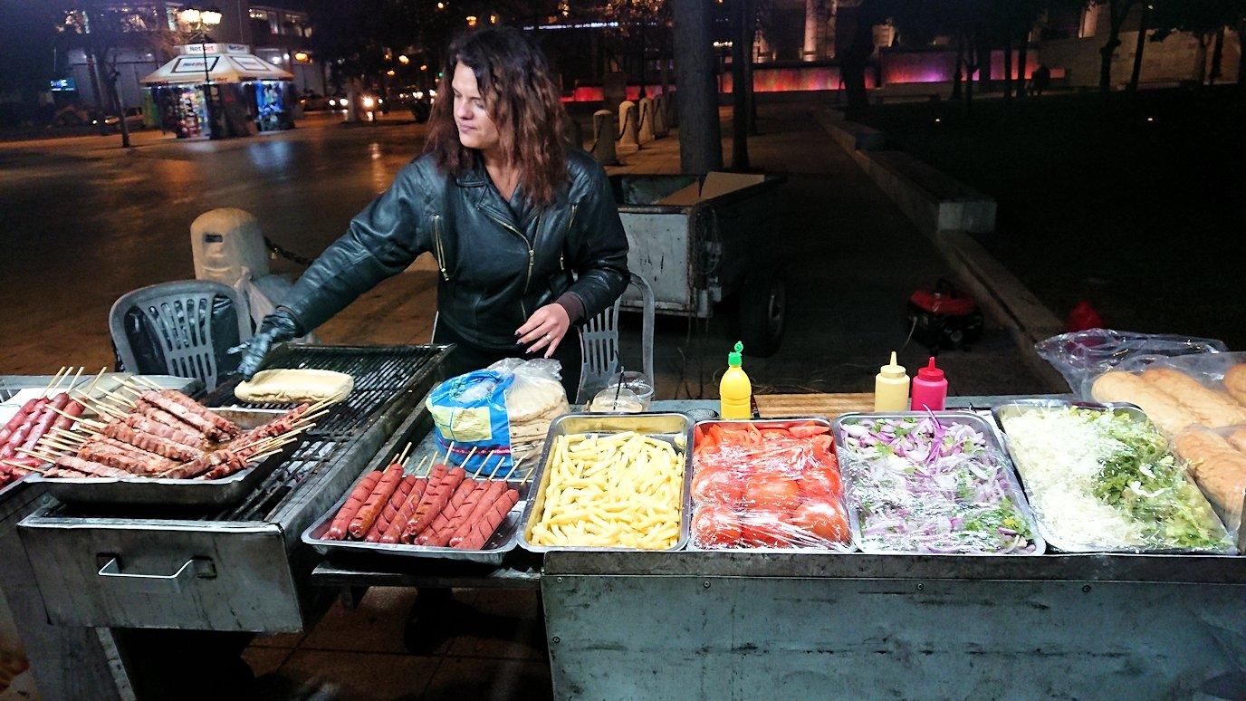 アテネの夜にシンタグマ広場付近でサンドイッチを購入
