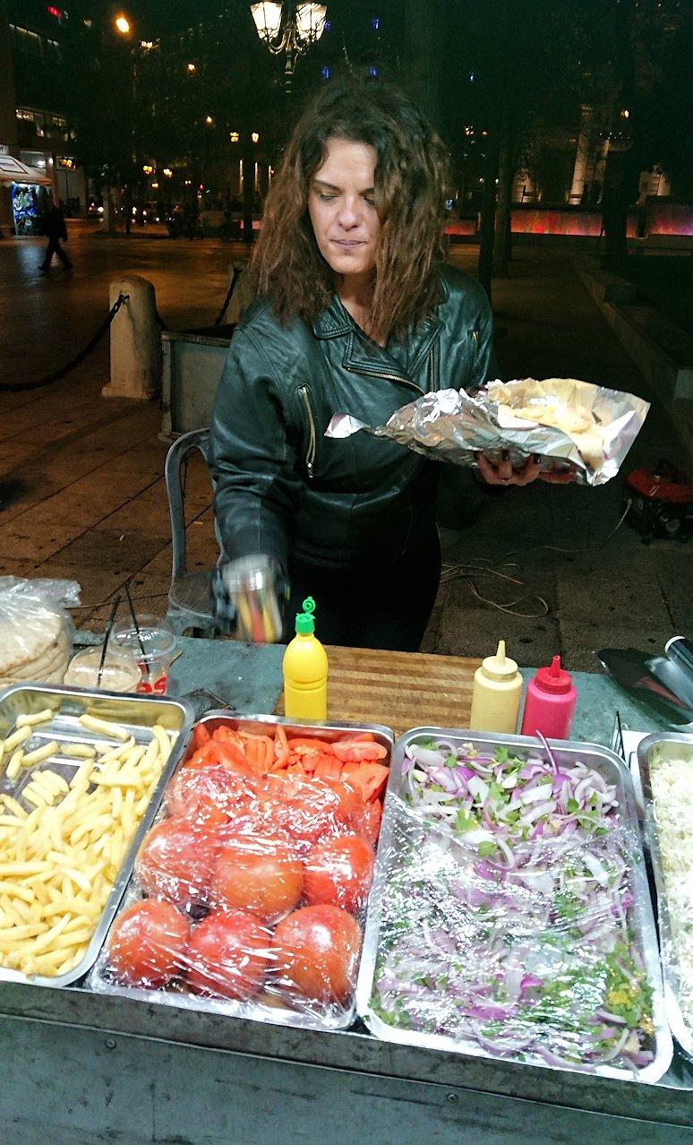 アテネの夜にシンタグマ広場付近でサンドイッチを購入3