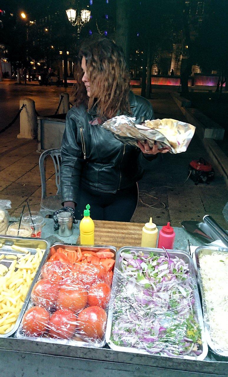アテネの夜にシンタグマ広場付近でサンドイッチを購入4