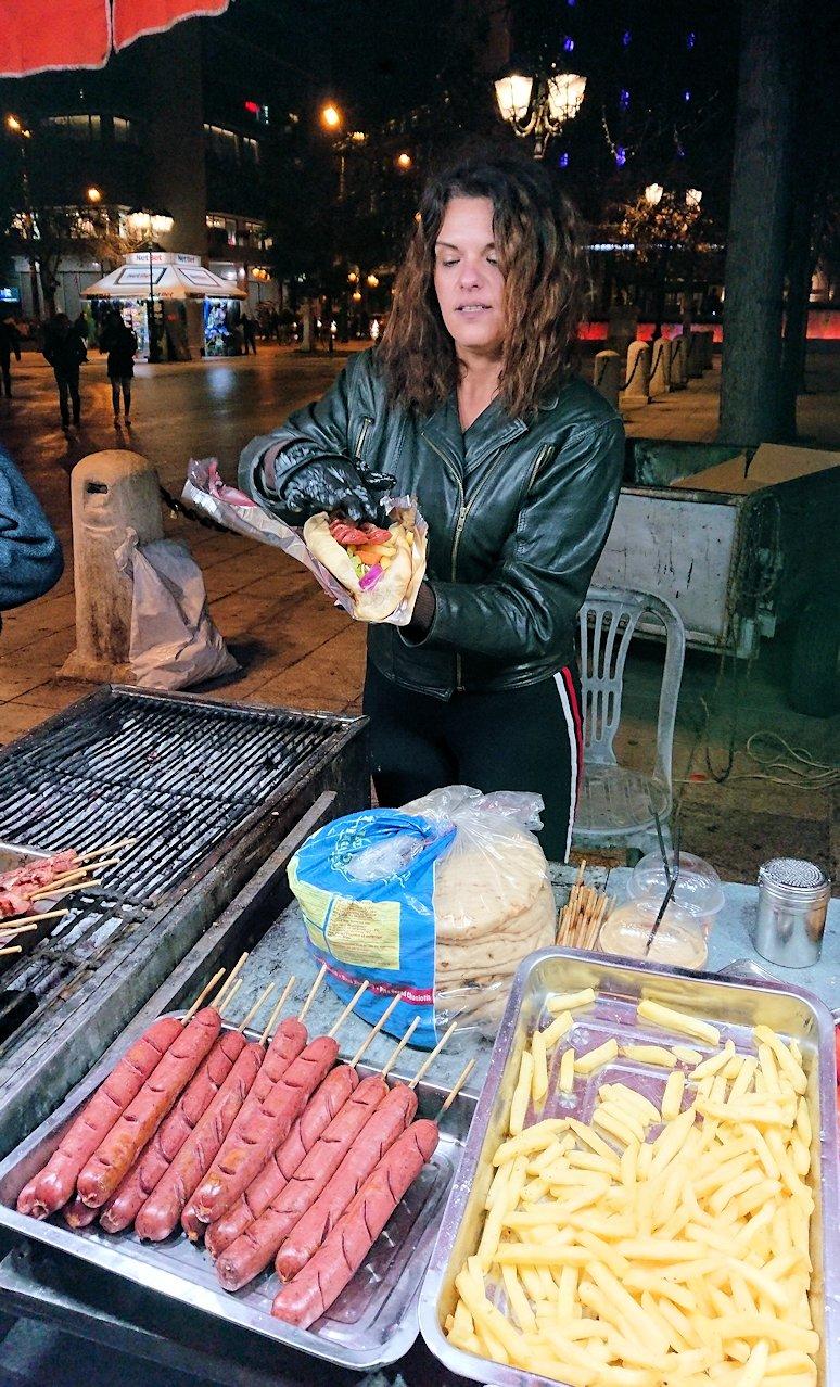 アテネの夜にシンタグマ広場付近でサンドイッチを購入5