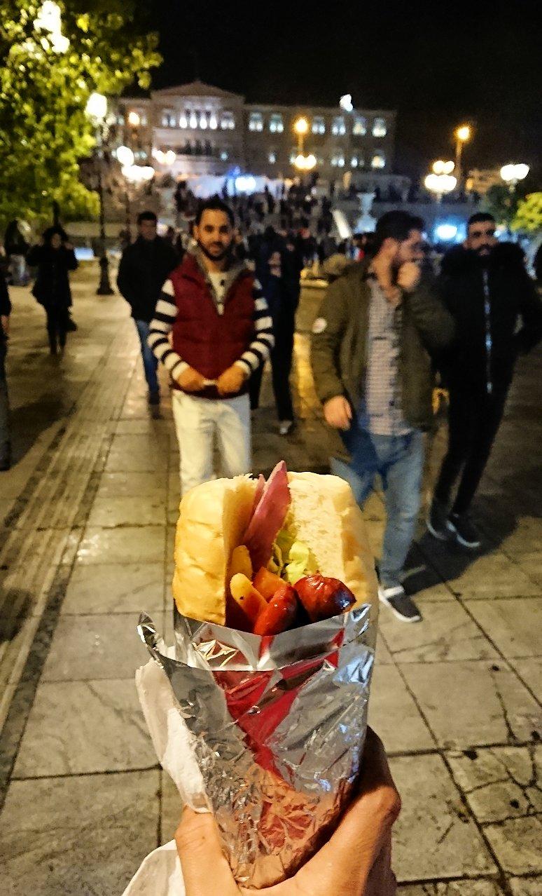 アテネの夜にシンタグマ広場付近でサンドイッチを購入6