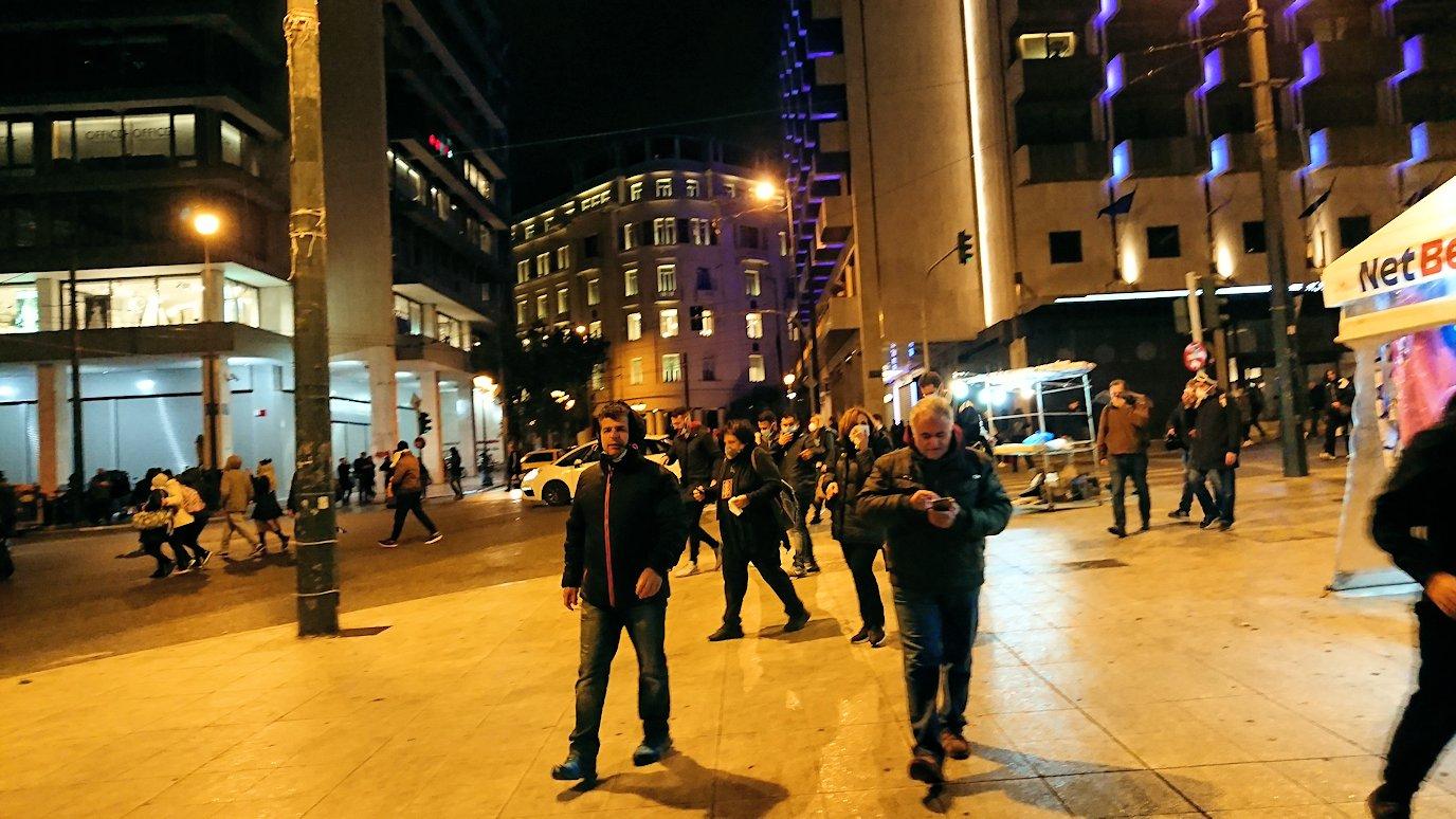 アテネの夜にシンタグマ広場付近で人々が逃げ惑う2