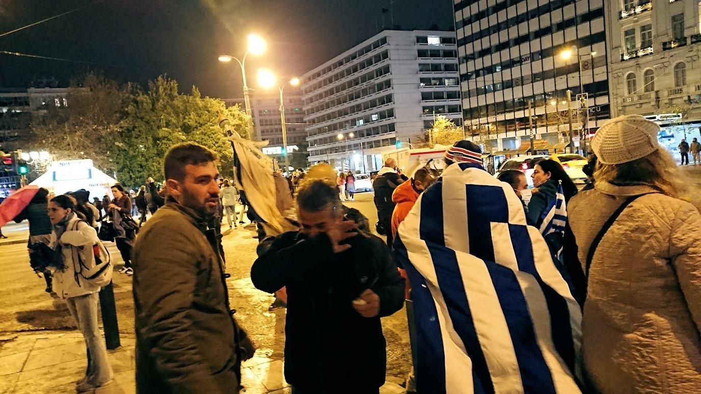 アテネの夜にシンタグマ広場付近で人々が逃げ惑う3