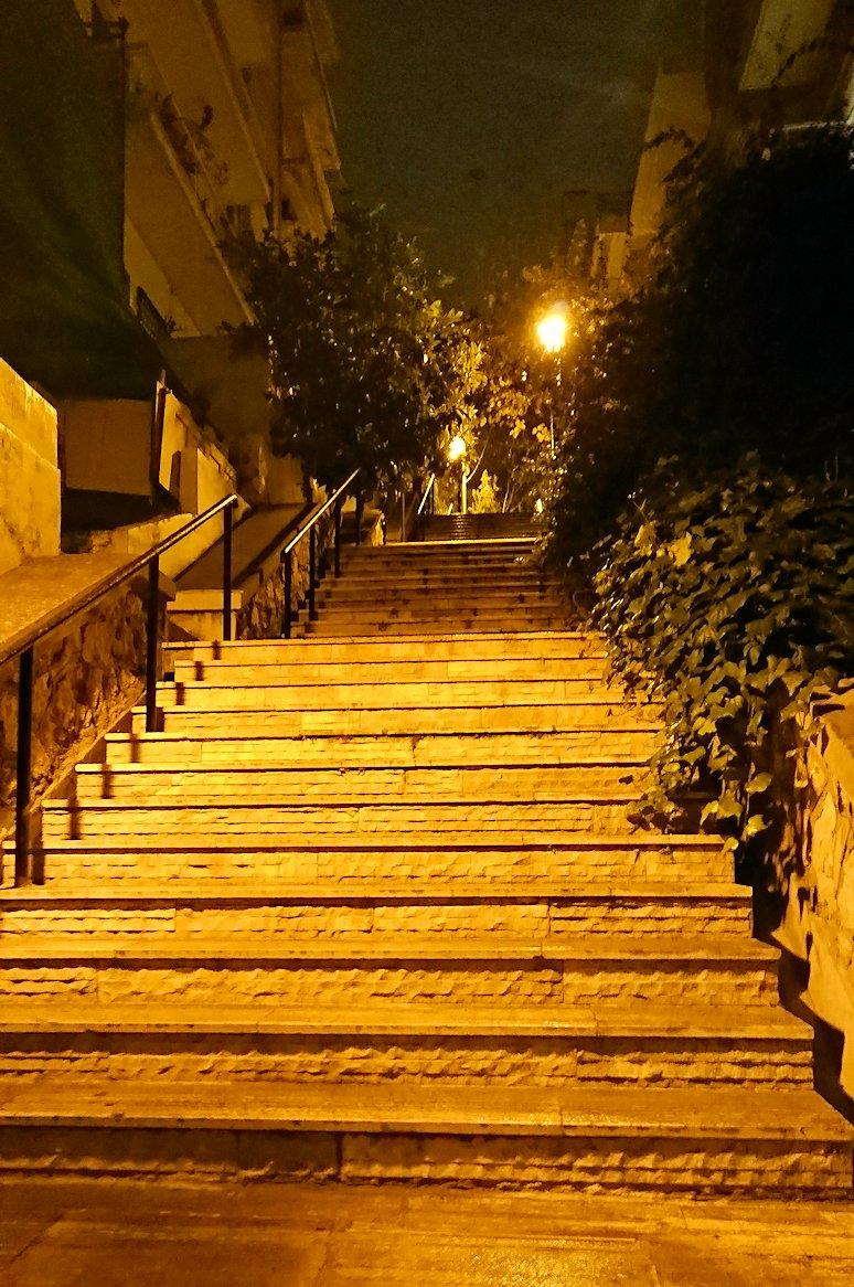 アテネの夜にリカヴィトスの丘を目指して進む3