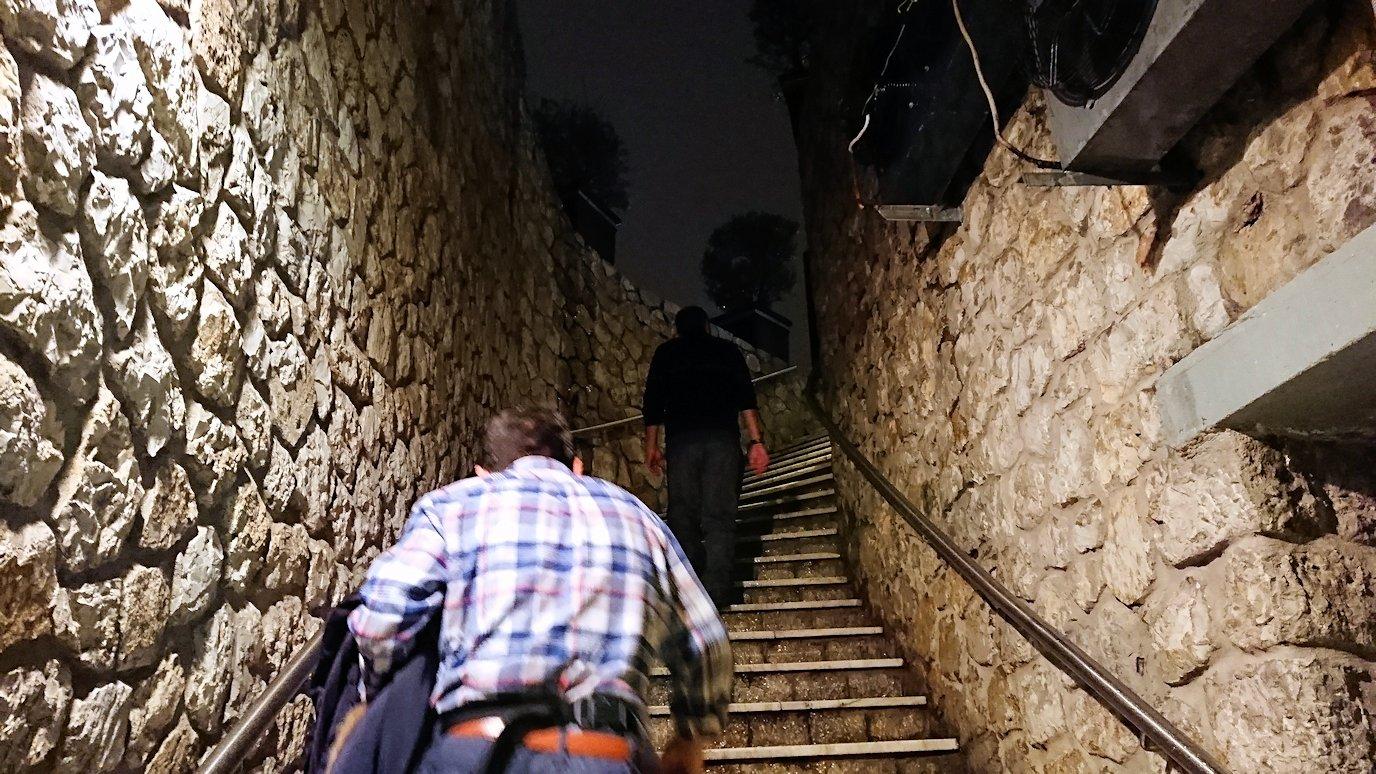 アテネの夜にリカヴィトスの丘からケーブルカーに乗る4