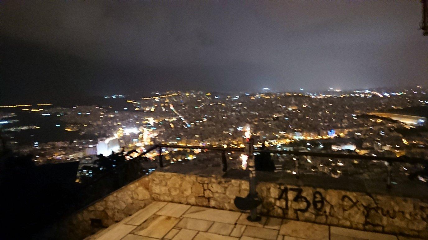 アテネの夜にリカヴィトスの丘からケーブルカーに乗って頂上に到着