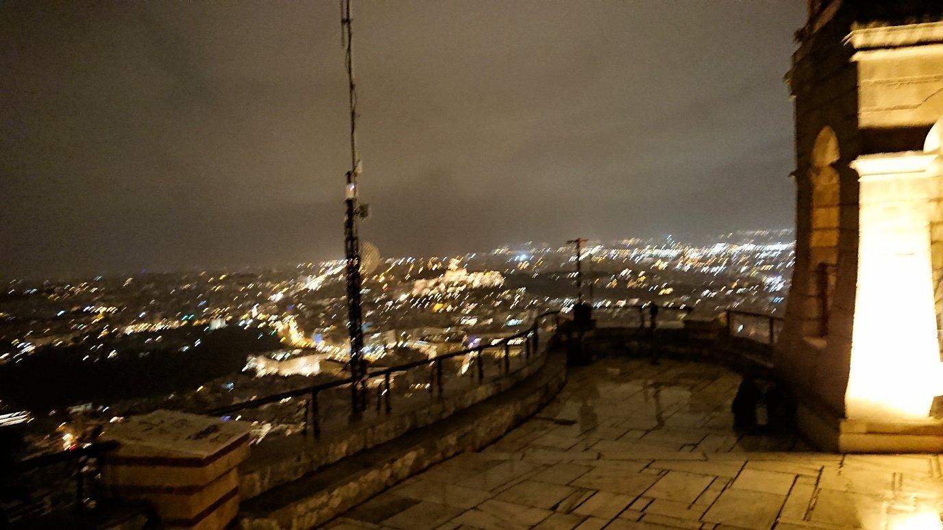 アテネの夜にリカヴィトスの丘からケーブルカーに乗って頂上に到着しアテネ市内を見回す
