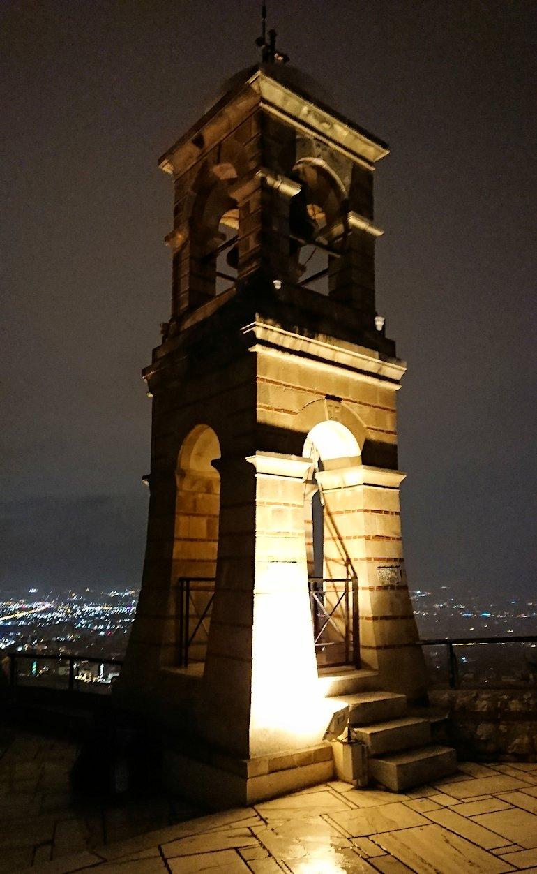 アテネの夜にリカヴィトスの丘からケーブルカーに乗って頂上に到着しアテネ市内を見回す2