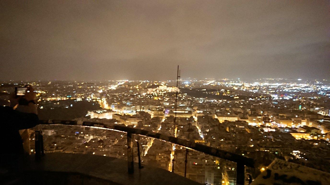 アテネの夜にリカヴィトスの丘からケーブルカーに乗って頂上に到着しアテネ市内を見回す3