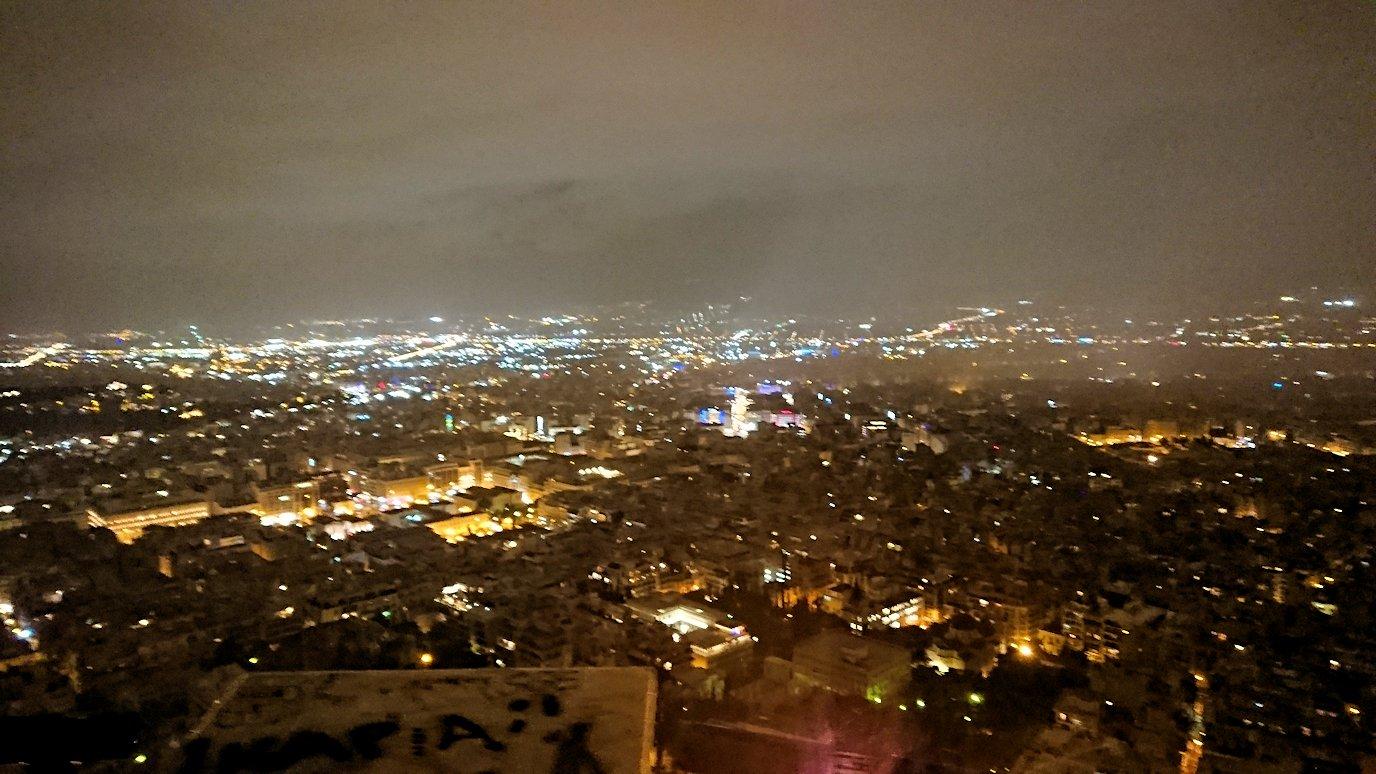 アテネの夜にリカヴィトスの丘からケーブルカーに乗って頂上に到着しアテネ市内を見回す4