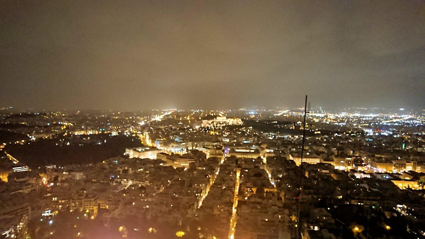 アテネの夜にリカヴィトスの丘からケーブルカーに乗って頂上に到着しアテネ市内を見回す様子2