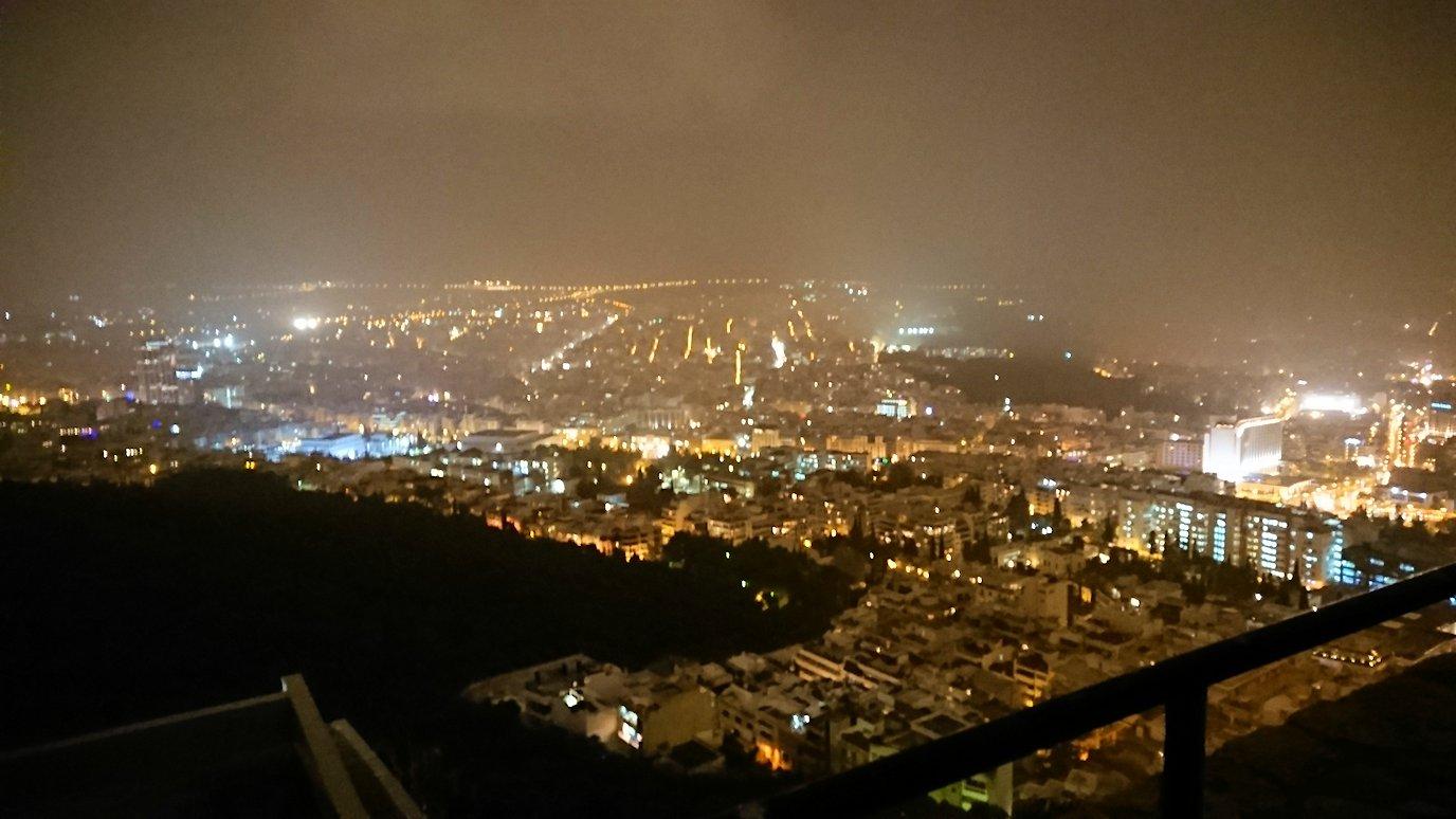 アテネの夜にリカヴィトスの丘からケーブルカーに乗って頂上に到着しアテネ市内を見回す様子3