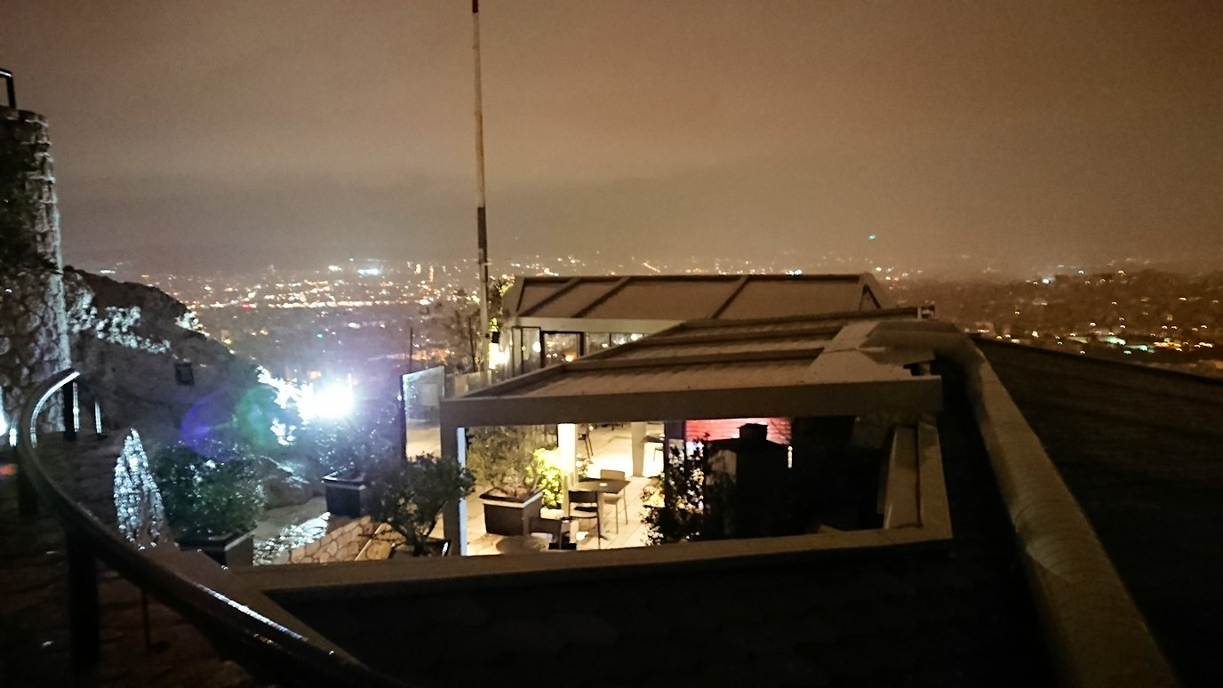 アテネの夜にリカヴィトスの丘からケーブルカーに乗って頂上に到着しアテネ市内を見回す様子4