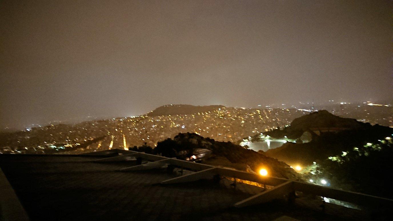 アテネの夜にリカヴィトスの丘からケーブルカーに乗って頂上に到着しアテネ市内を見回す様子5