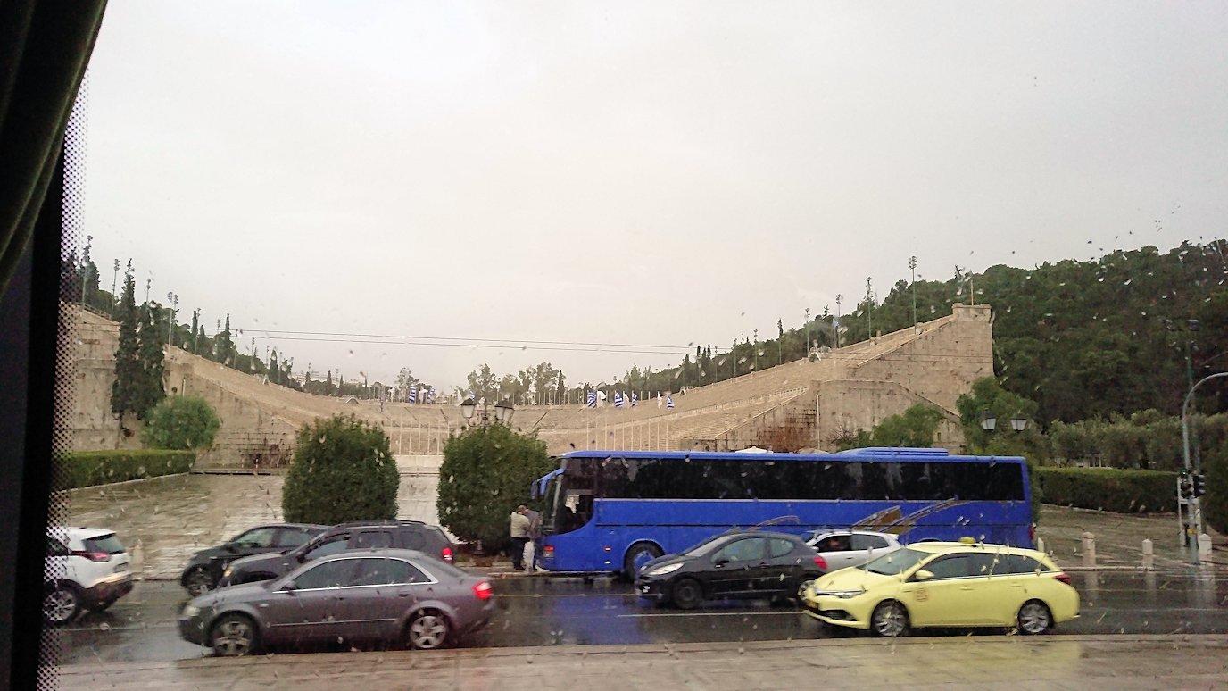アテネ市内をバスで移動する4