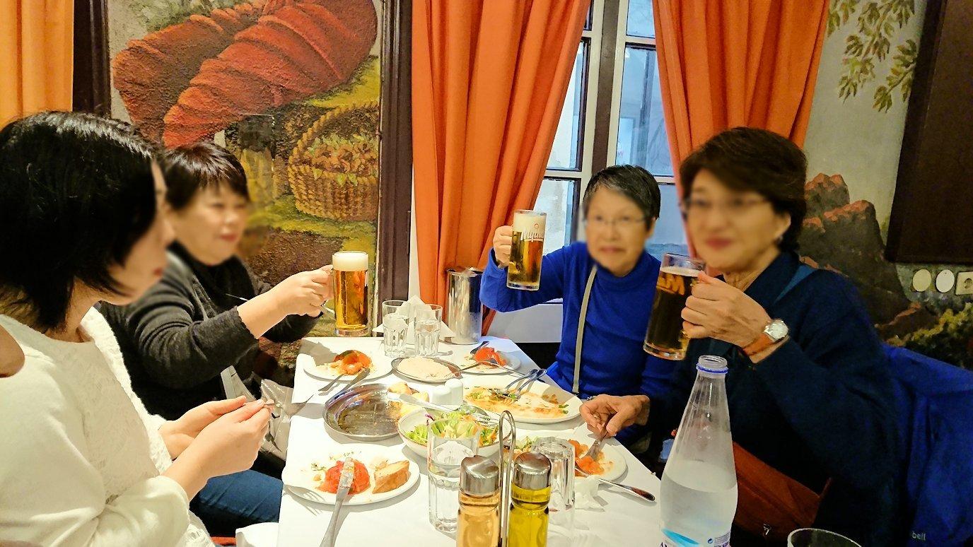 アテネ市内のレストランAcropolで和気あいあいと食事を楽しむ2