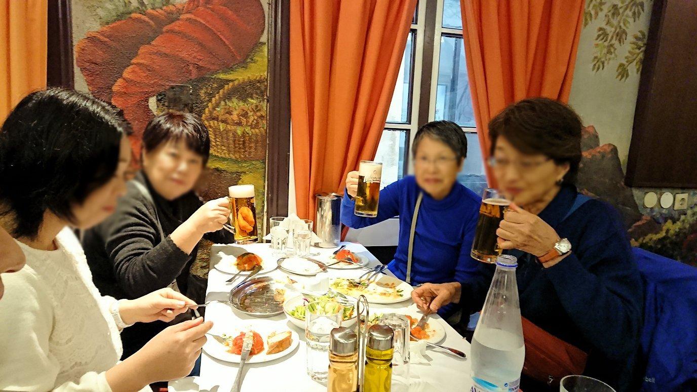 アテネ市内のレストランAcropolで和気あいあいと食事を楽しむ3