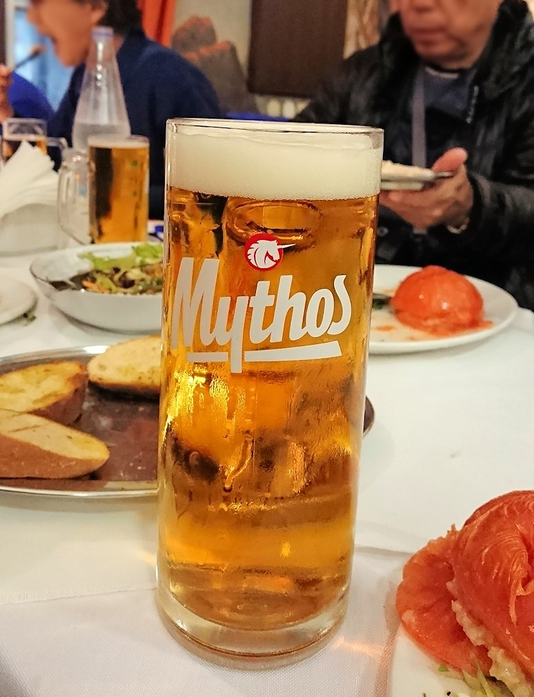 アテネ市内のレストランAcropolで和気あいあいと食事を楽しむ5
