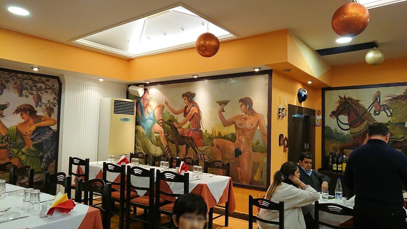 アテネ市内のレストランを出る