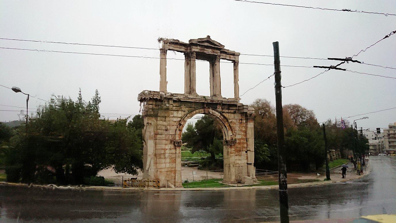アテネ市内のレストランを出る2