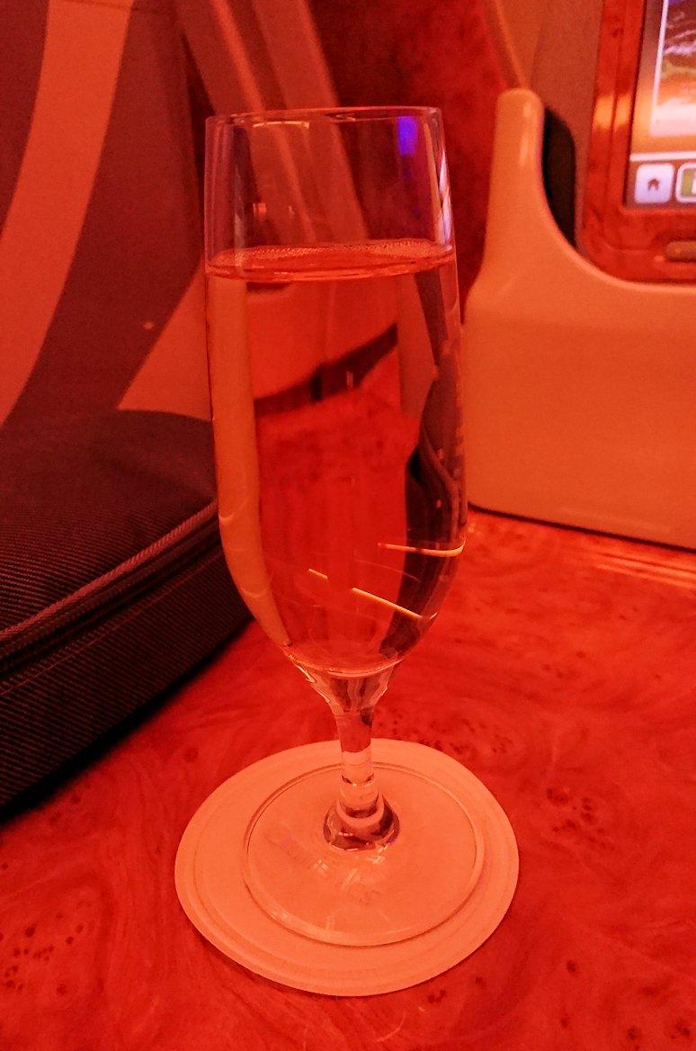 関西国際空港からビジネスクラスに乗り、ウエルカムドリンクをもらう