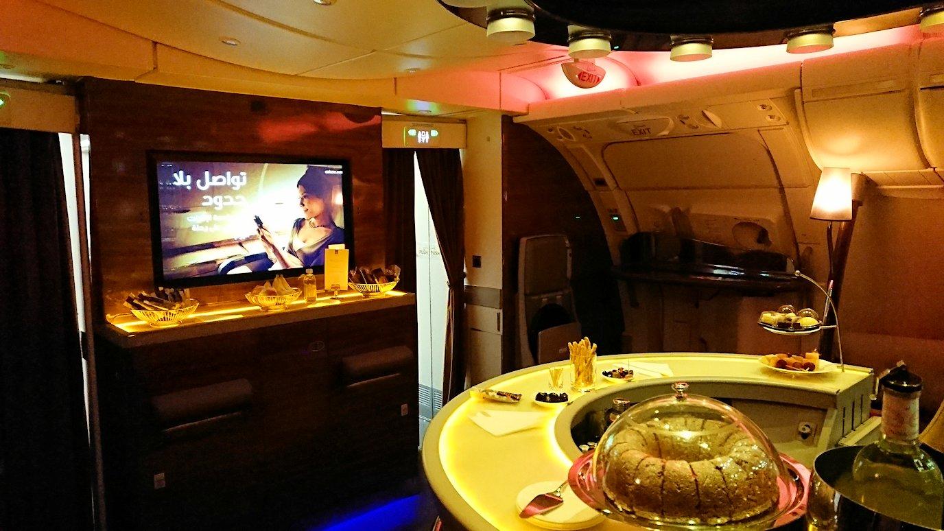 エミレーツ航空のビジネスクラスの機内のラウンジへ行ってみる3