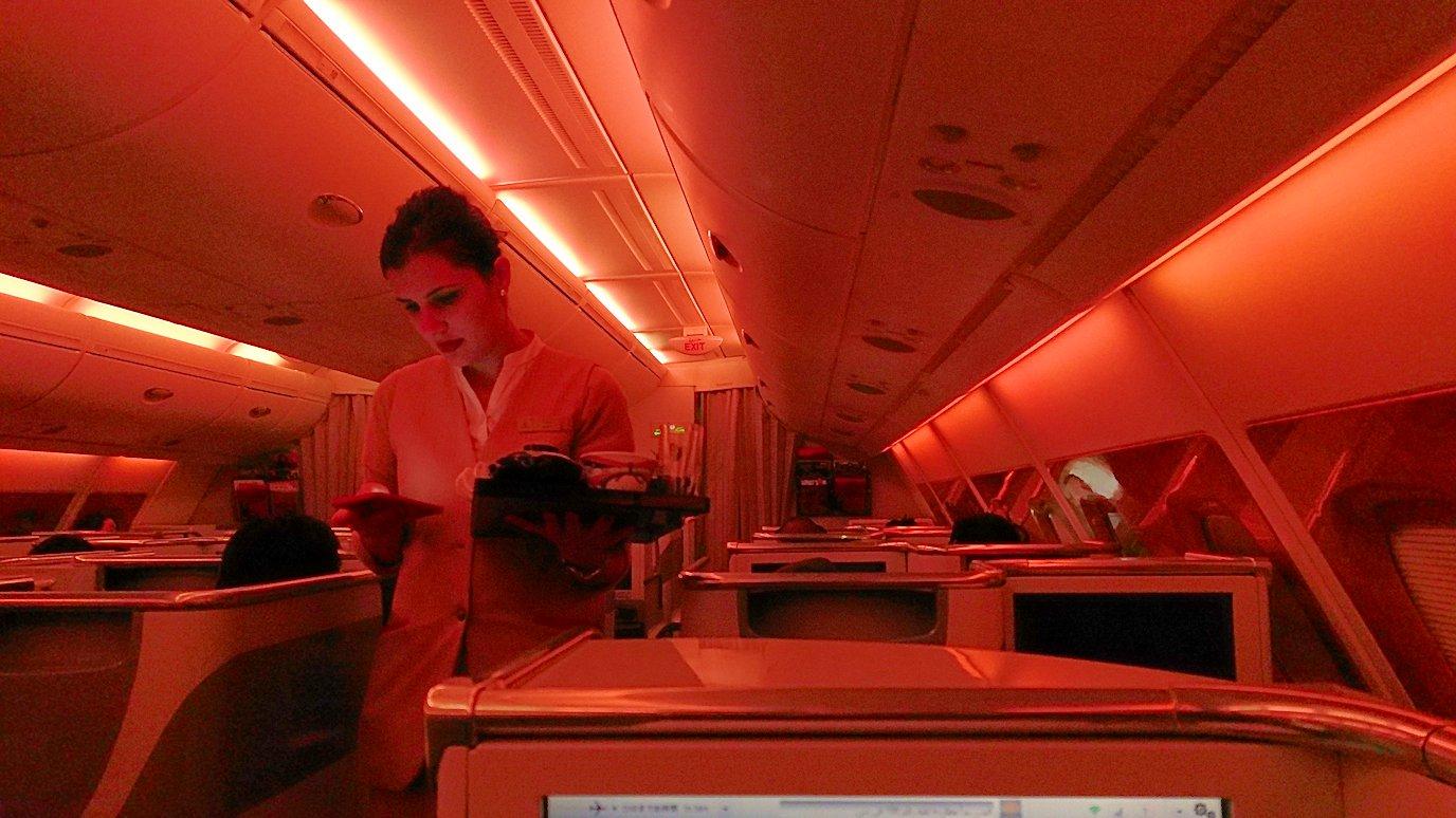 エミレーツ航空のビジネスクラスの機内のラウンジで朝食が出てくる時間になりました