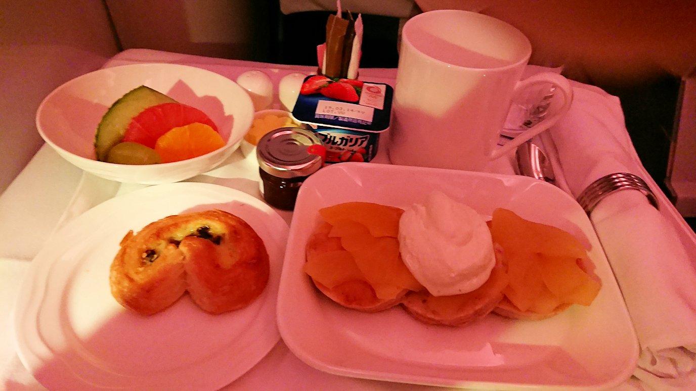 エミレーツ航空のビジネスクラスの機内のラウンジで朝食が出てくる時間になりました3