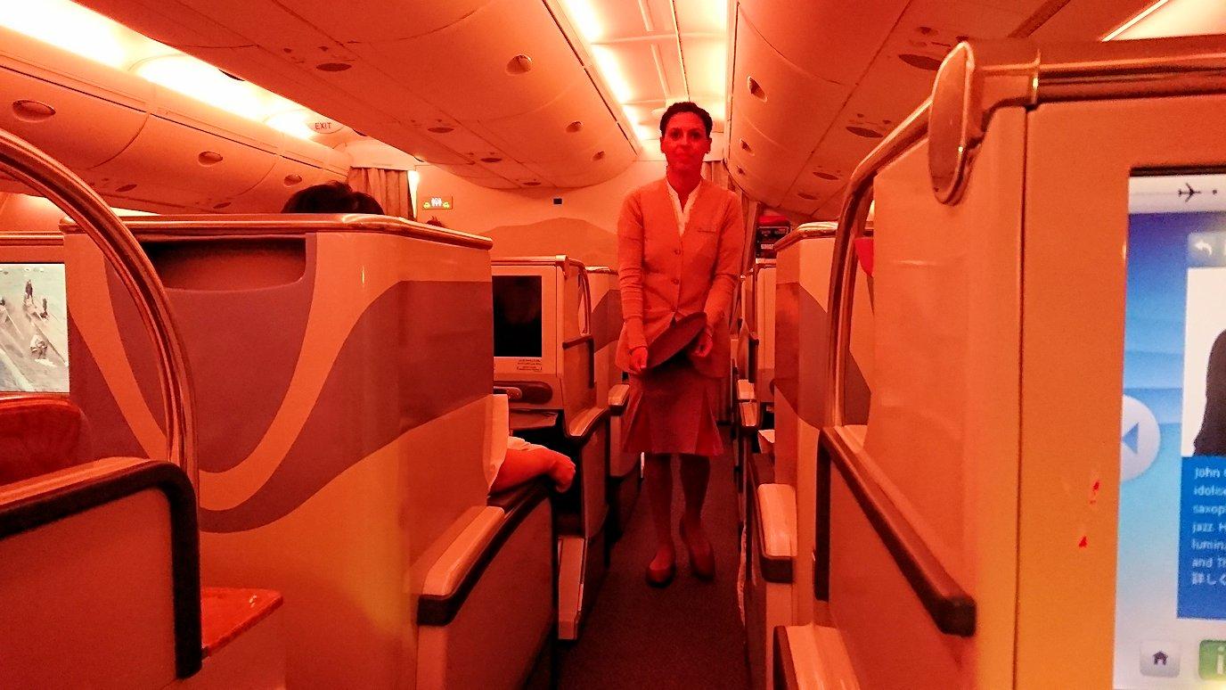 エミレーツ航空のビジネスクラスの機内のラウンジで朝食が出てくる時間になりました5