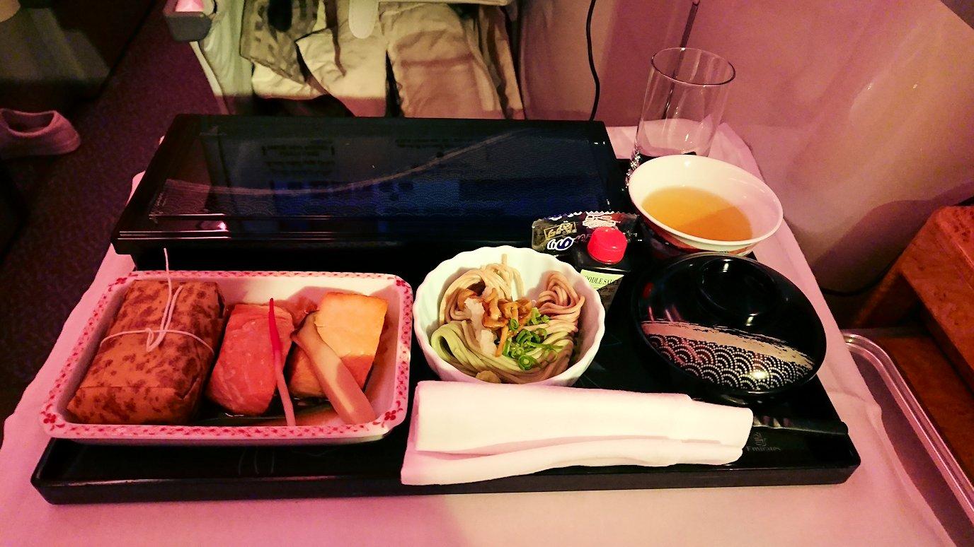 エミレーツ航空のビジネスクラスの機内のラウンジで朝食が出てきた和食
