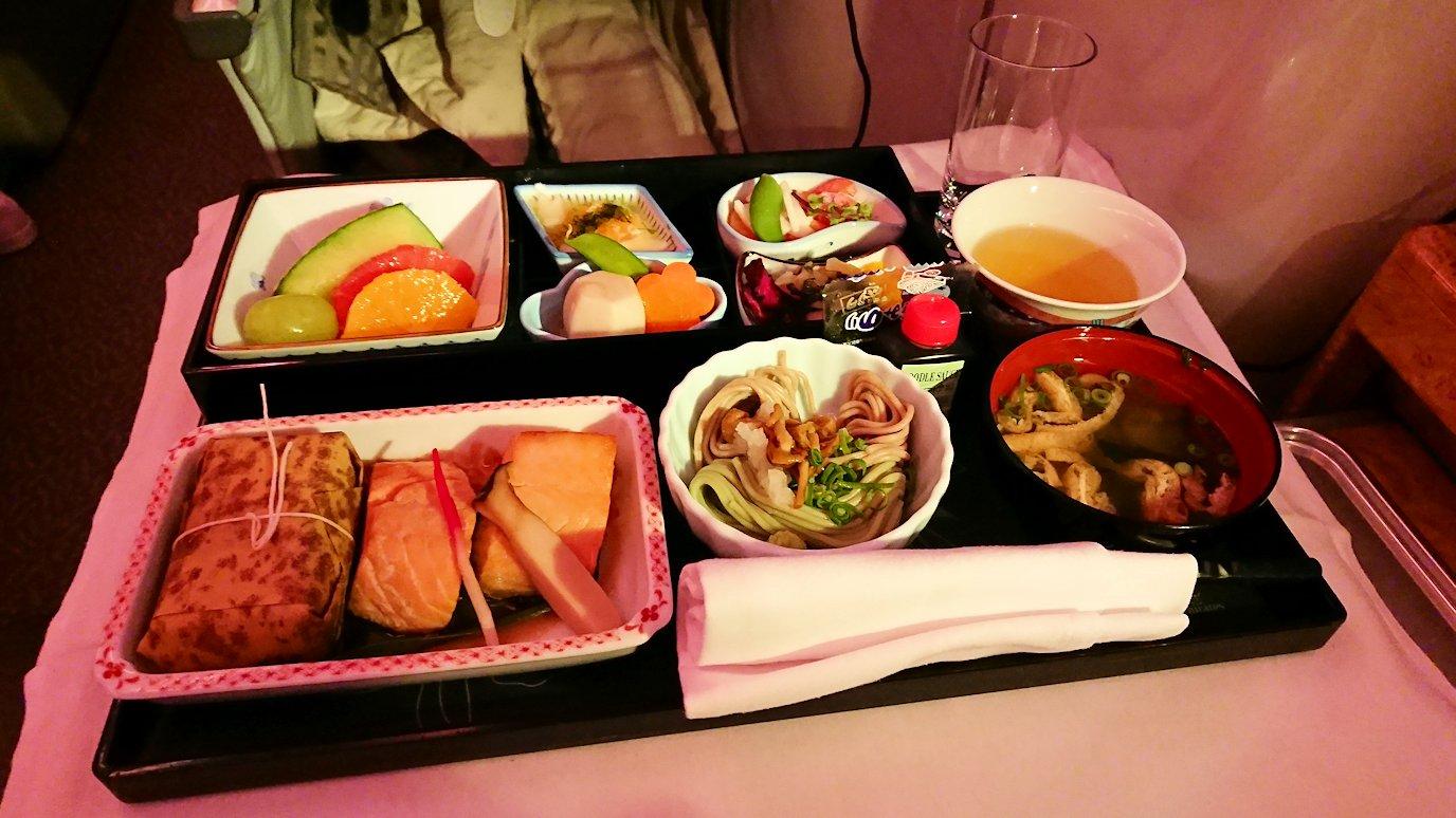 エミレーツ航空のビジネスクラスの機内のラウンジで朝食が出てきた和食2