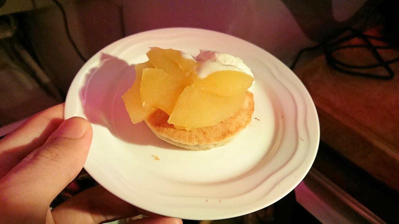 エミレーツ航空のビジネスクラスの機内のラウンジで朝食が出てきた和食3