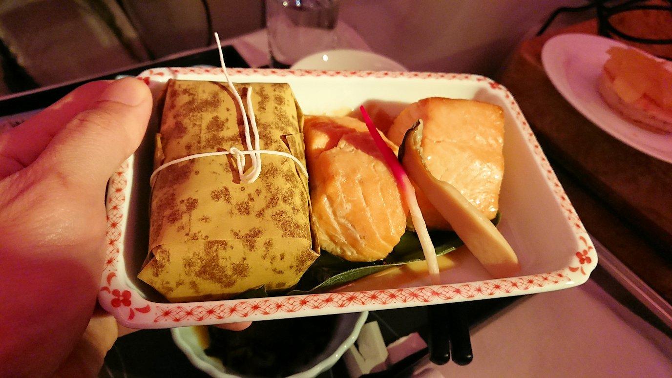 エミレーツ航空のビジネスクラスの機内のラウンジで朝食が出てきた和食のちまき
