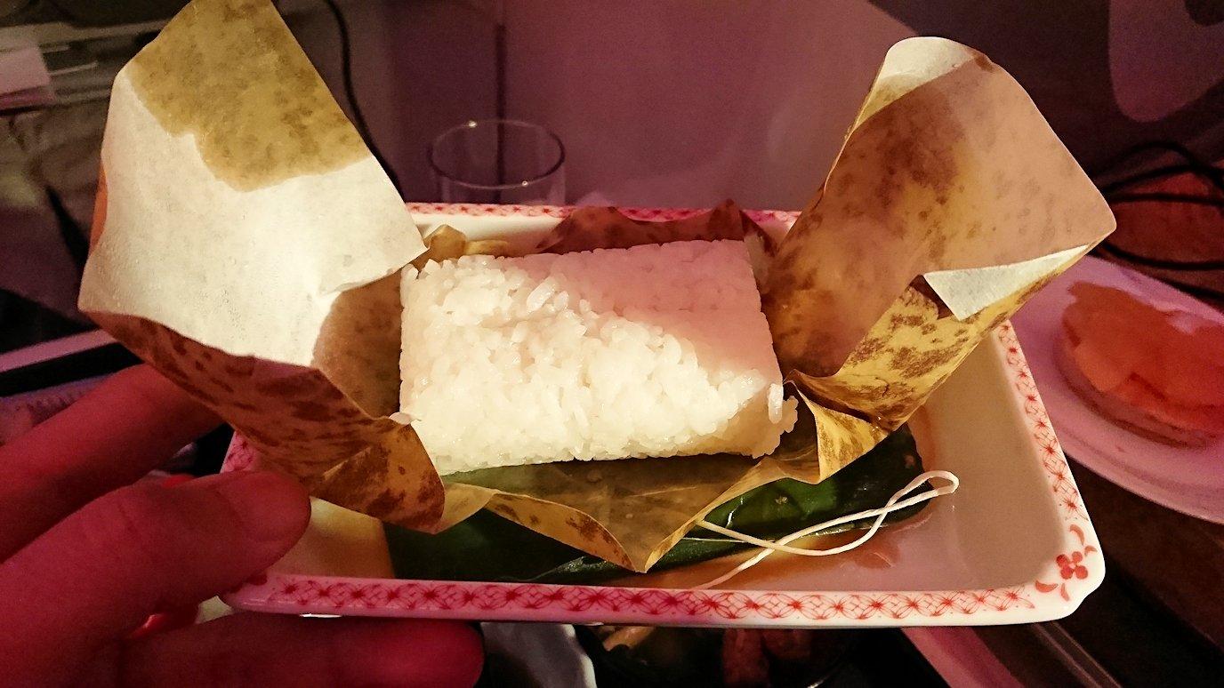エミレーツ航空のビジネスクラスの機内のラウンジで朝食が出てきた和食のちまき2