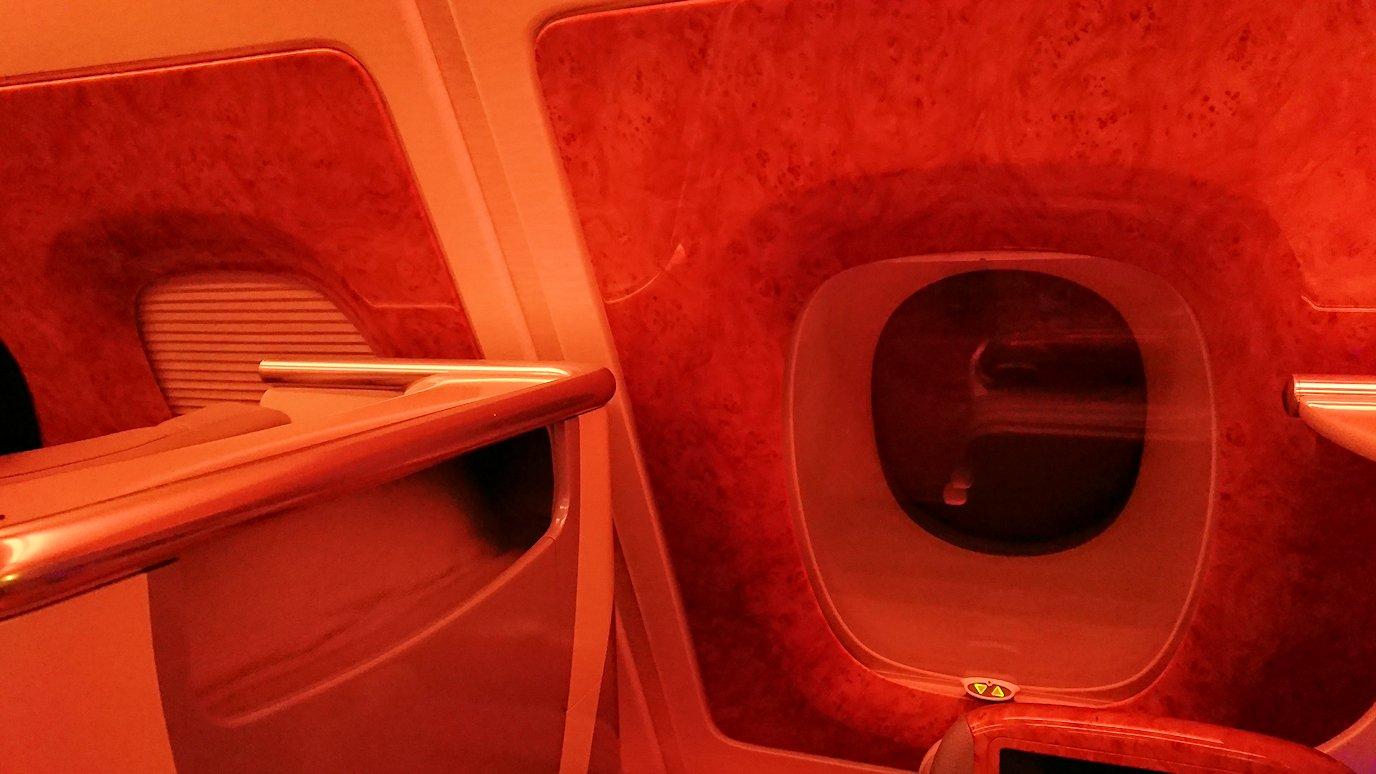 エミレーツ航空のビジネスクラスの機内のラウンジで朝食が出てきた和食後