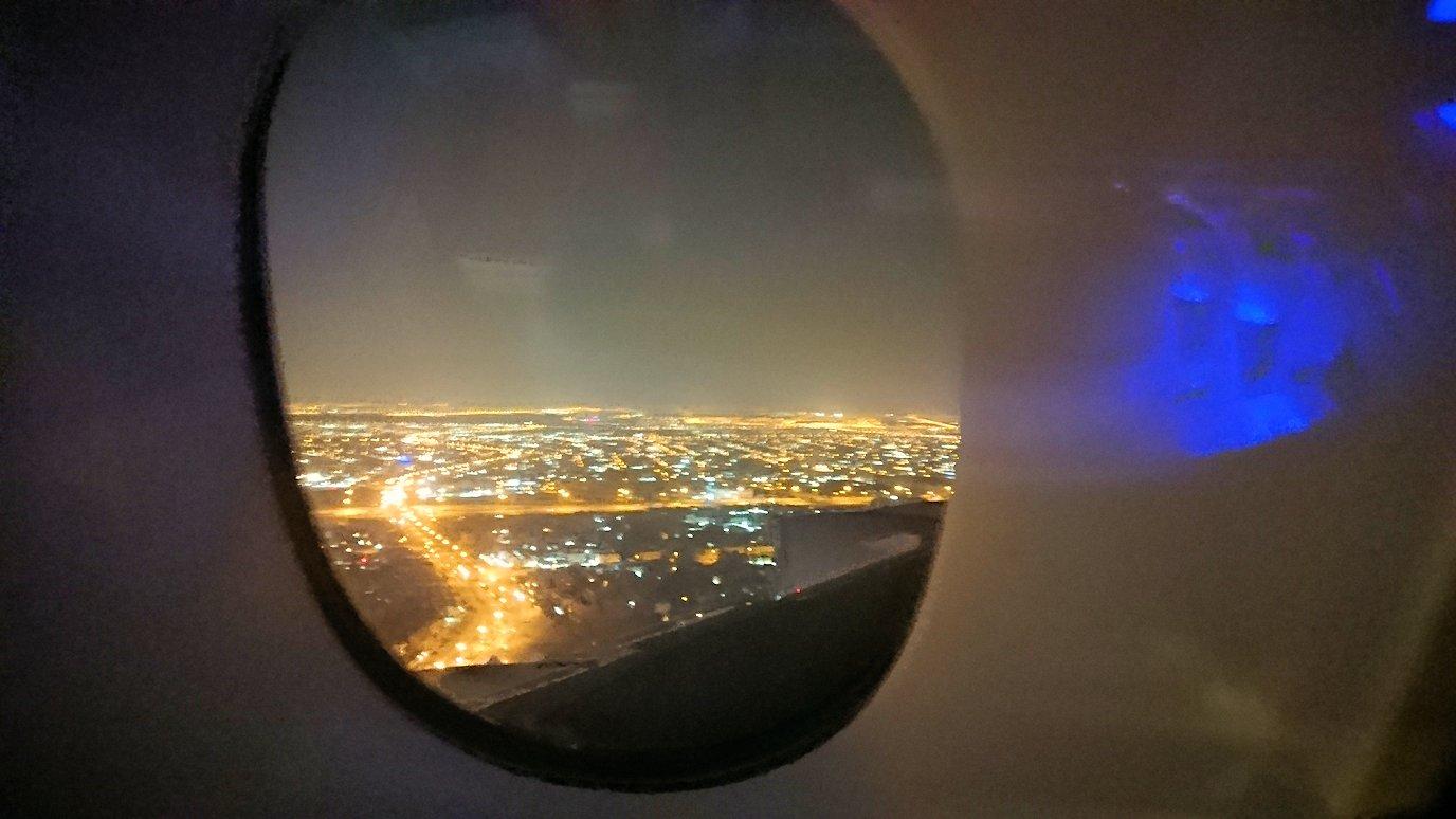エミレーツ航空のビジネスクラスの機内から見えるドバイの街並み