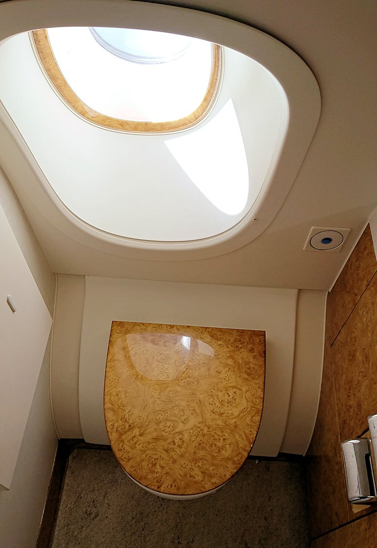 カサブランカまで向かうエミレーツ航空A380-800の飛行機のビジネスクラスのトイレの様子