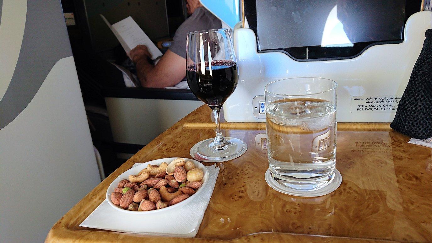 カサブランカまで向かうエミレーツ航空A380-800の飛行機のビジネスクラスで出てきた食前酒