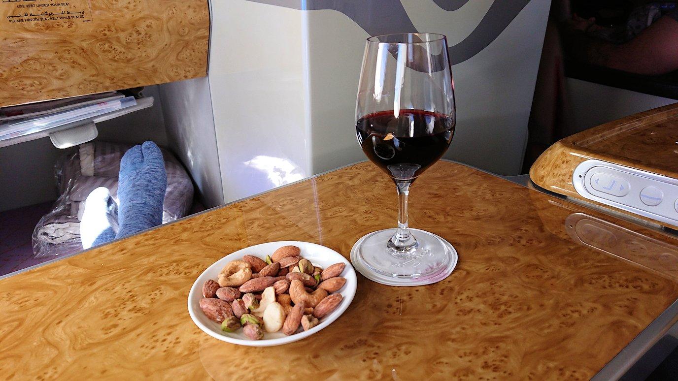 カサブランカまで向かうエミレーツ航空A380-800の飛行機のビジネスクラスで出てきた食前酒3
