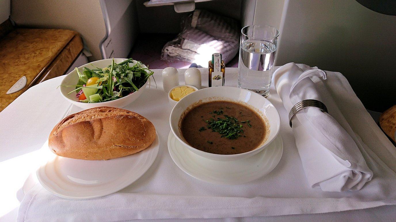 カサブランカまで向かうエミレーツ航空A380-800の飛行機のビジネスクラスで出てきた昼食