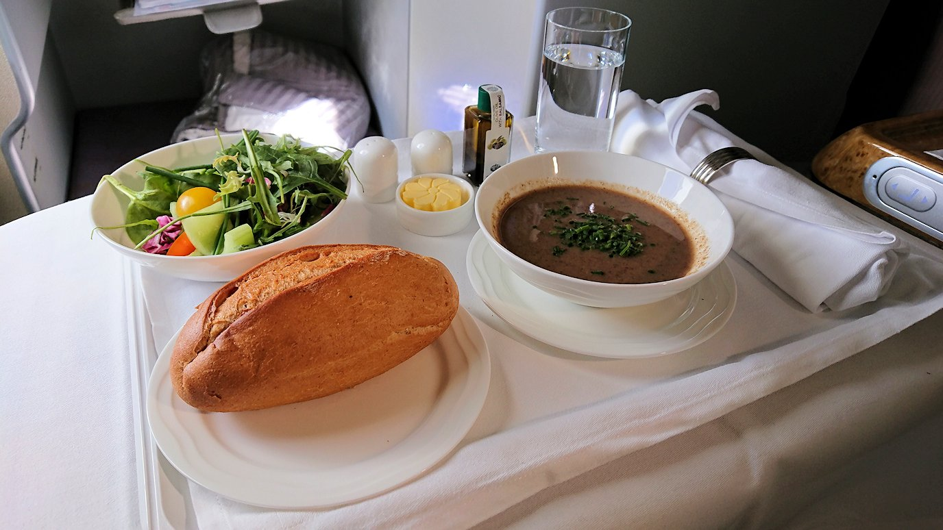 カサブランカまで向かうエミレーツ航空A380-800の飛行機のビジネスクラスで出てきた昼食2