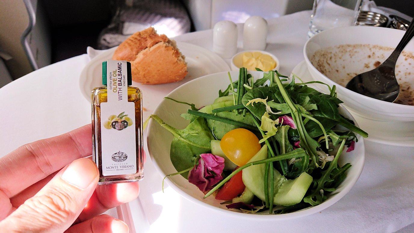 カサブランカまで向かうエミレーツ航空A380-800の飛行機のビジネスクラスで出てきた昼食のサラダ2