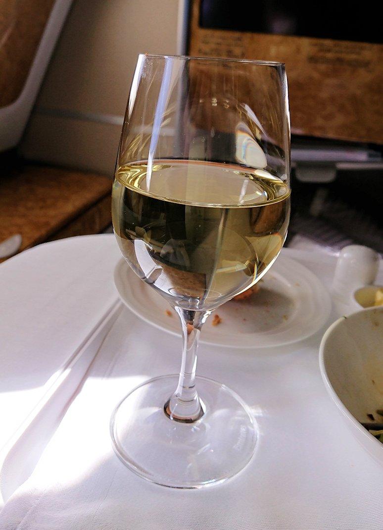 カサブランカまで向かうエミレーツ航空A380-800の飛行機のビジネスクラスで出てきた昼食で白ワイン