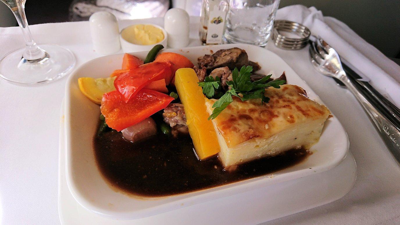 カサブランカまで向かうエミレーツ航空A380-800の飛行機のビジネスクラスで出てきた昼食のメイン