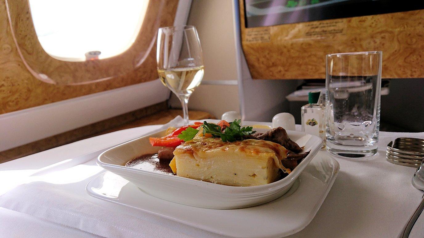 カサブランカまで向かうエミレーツ航空A380-800の飛行機のビジネスクラスで出てきた昼食のメイン2