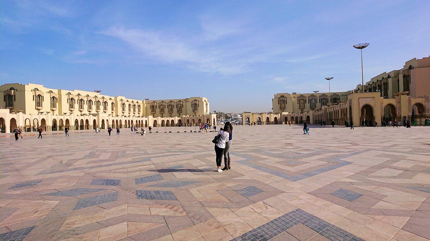 カサブランカのハッサン2世モスクの敷地内にて